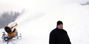 Roger Höglund arbetar för fullt för att få det att gå utför i Skönviksbacken.