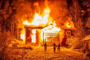 På onsdagskvällen började det brinna i en villa i Norberg. Foto: Niklas Hagman
