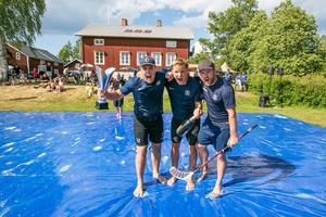 Kompaniet Brasilien med vandringspokal och bubbelvin. Från vänster Nils Jonsson, Anders Roos och Jonas Andersson.