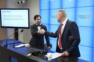 Civilminister Ardalan Shekarabi (S) och Vänsterpartiets ledare Jonas Sjöstedt (V) under pressträffen.