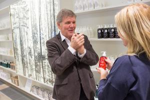 Jan Lövqvist, en av företagets grundare, får testa  en hudkräm med linfröolja och björksav bland ingredienserna.