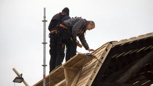 Nu är arbetet med att lägga spåntak på byggnaden i full gång.