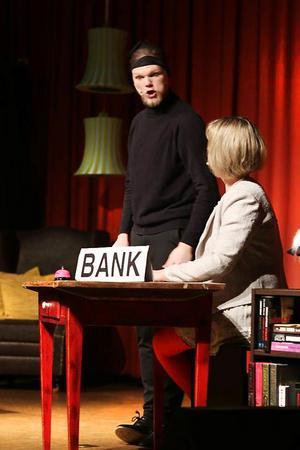 På scenen agerar Jesper Eliasson bankrånare tillsammans med  Anna Englund som är banktjänsteman i kvinnlig gestalt.Foto: Karolina Sjöström
