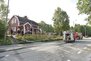 En brand bröt ut i en villa i Malmbäck. Tre räddningsstyrkor arbetade på platsen men alla personer i familjen lyckades ta sig ut.