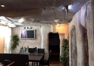 När Marie och Robert tog över restaurangen var väggar och tak täckta av målad frigolit och gips. Foto: Privat