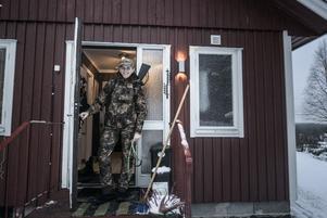 Miranda Frings bor själv i en stuga i Västertåsjö, drygt 8,5 mil nordväst om Strömsund. Hon jagar i princip varje dag och kan  tillbringa långa stunder uppe på fjället eller i skogen