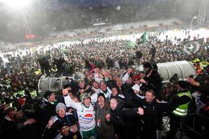 Englund och Hammarby firar med fansen efter historiska SM-guldet. Bild: Sören Andersson / Scanpix