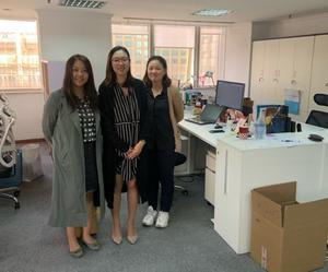Wendy Zhu med sina kollegorna Gillian Liang och Lucy Ge på kontoret i Shanghai som nu är satt i karantän.
