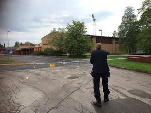 Polisen tekniker undersökte platsen men hade vid 08.30-tiden lämnat.