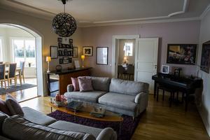Det rymliga vardagsrummet på bottenvåningen – här kan man både umgås och spela piano.