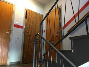 Dörren till lägenheten bröts upp av insatsstyrkan.