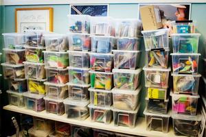 Flugbindningsmaterialet är sorterat i genomskinliga plastlådor.