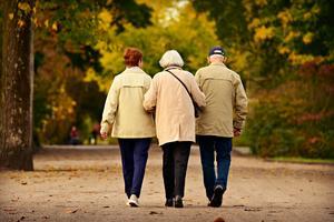 Att få vård och omsorg utifrån de behov som finns och som utgår från den enskilde, är ingen självklarhet. Att bli sedd och respekterad för den man är, ska vara ledstjärnan, men allt för många äldre beskriver något helt annat skriver insändaren. Foto: Pixabay.com.
