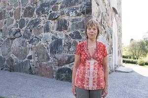 Ingalill Eriksson har flera av sina anhöriga begravda på Frötuna kyrkogård. – Det är så att man blir arg, säger hon.