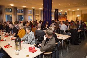 Ett stort antal kommunanställda med koppling till samhällsbyggnadsnämnden och kultur- och fritidsnämnden deltog i luciakaffet där ett inslag traditionsenligt var utdelningen av Kobbanpriset.