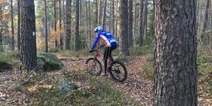 Moutainbike-åkare på norr i Köping kan inte köra längs det gamla milspåret från Johannisdalsskogen. (Arkivbild från MTB-åkning på annan plats)