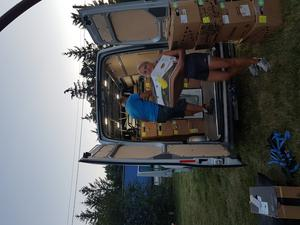 Det tar lite tid att packa ur en välfylld minibuss. Sakerna som samlats in är ändå en liten del av det arbete som välgörenhetsorganisationen Teech gör på plats.Foto: Privat