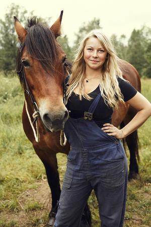 Lina Ilar, här med en annan häst.    Foto: Eric Josjö/TV4