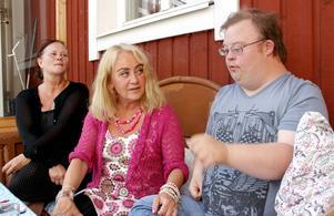 Christina Gagnefur tycker att det har blivit mycket sämre för sonen Sebastian sedan Frösunda tog över gruppboendet i Hagaström. Till vänster Carina Karlsson, förälder och liksom Christina aktiv i Down-föreningen.
