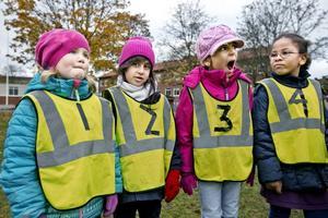 Förskoleklassen på Tegnérskolan lär sig de första grunderna i matematik utomhus. Här Torun Dietmann, Evelin Damar, Lanna Askari och Sarah Barry.