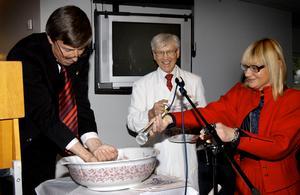 2006 invigdes laboratoriet till forskningen om livsmedelshygien. Dåvarande landshövding Sören Gunnarsson tvättar händer inför professor William Tham och Professor Marie-Louise Danielsson-Tham.