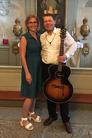 Sedan två år tillbaka bilder Gabriella Lindvall och Stefan Ström duo. I Ängersjö spelar och sjunger de tillsammans.