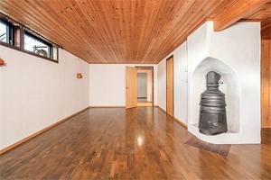 Källarvåningen i huset har en kamin. Foto: Fastighetsbyrån.