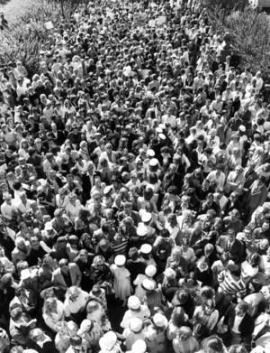 Den 6 juni 1981 i Östersund och studenter i sina vita mössor tas emot av en stor folksamling.