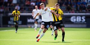 Arvid Brorsson stångas med Häckens Alexander Jeremejeff på Bravida arena. Bild: Bildbyrån