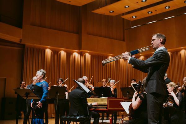 Det blev vackra möten mellan Svenska barockorkestern, trumpetaren Elias Svanberg och sopranen Maria Keohane på tre ställen i länet under helgen, här i Västerås konserthus i lördags.Foto: Martin Bohm