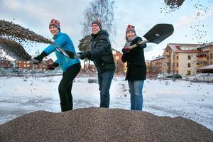Ulrica Momquist, Ebbe Evbjer och Annette Riesbeck har skyfflat igång bygget av 40 nya lägenheter i kvarteret Mangeln.