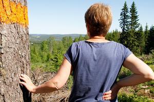 Eli Hynne ser ut över nejden, mot Lossjön.