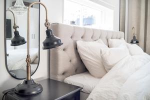 I sovrummet har Amanda lampor från Jotex, som är en favoritbutik. I spegeln syns att även i sovrummet hänger det en kristallkrona.