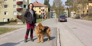 Närboende Karin Norell tycker att det är skönt att det rensats upp bland bilarna på Hantverksvägen.