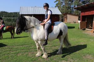 Lägerdeltagare Julia tillsammans med hästen Willy.