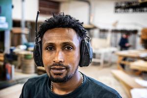 Teklu Afewerki har år av erfarenheter med sig som möbelsnickare i Eritrea. Hans väg in på den svenska arbetsmarknaden började med två månaders praktik hos Krokoms Träindustri. En praktik som sedan i mars har ersatts med ett instegsjobb.