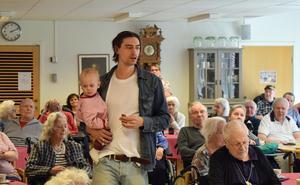 Gustaf  Norén går runt bland publiken.