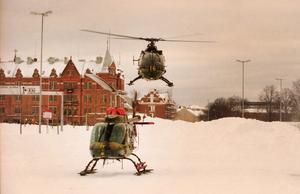 Helikoptrar från Östgöta helikopterbataljon hämtade människor som blivit insnöade.