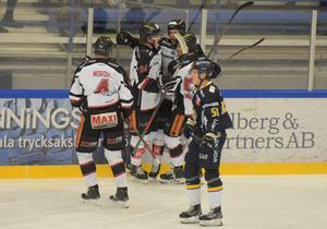 Hudiksvallsspelarna jublar efter Albin Kedbrants frilägesmål till 1–2.