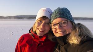 Ida Mangsbo och Elin Julin har skulpterat en issvit tillsammans.
