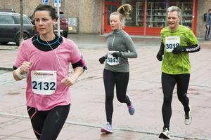 ICA-loppets halvmarathon och 10 kilometer avgjordes samtidigt. Här är Ida Rödin till vänster, Evelina Arvén i mitten och Lasse Arvén till höger.