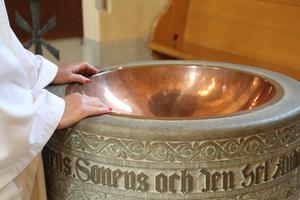 Varför är det så viktigt att döpa barn? undrar Christina.