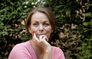 Deckarförfattaren Katarina Wennstam och också debattör. Här lär hon oss tänka på vad vi säger så att vi inte för vidare dumma fördomar utan att tänka oss för. Bild: Pär Fredin/TT