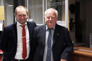Kommunsekreterare Kristoffer Baas och valnämndens ordförande Åke Jonsson (S) tog på valnatten emot rösterna från de fem valdistrikten. Men det drog ut på tiden.