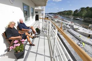 Utsikten i söder är mot hamninloppet. Om några veckor är s/s Norrtelje åter på sin plats nedanför deras lägenhet.
