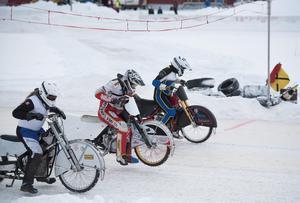 Elva förare, varav nio svenska och två tjecker, fanns på plats vid Kallehovs isracingstadion den gångna helgen för att vässa formen inför säsongen.