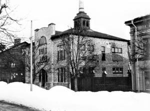 En bild av badhuset på tidigt 1900-tal med den ursprungliga fasaden, som sedan rappades. Här dokumenterat av Ragnar Pettersson, fotograf, typograf och trädgårdsmästare.