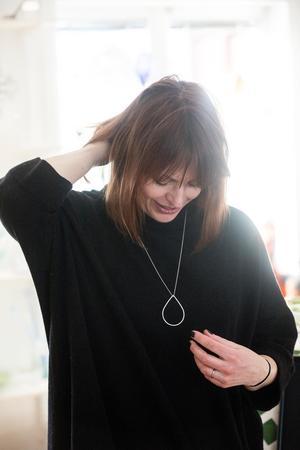 Katarina Kobosko smider smycken i silver.