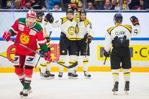 Brynäs Jesper Jensen och Marcus Ersson jublar efter 1–0-målet som blev matchavgörande mot Mora. Foto: Simon Hastegård/Bildbyrån