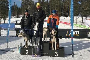 Sågmyraparet Annika och Pär Jansson dominerade prispallen med guld respektive silver i slädkörningens C-klass (Sibirian husky och dobberman-hundar). Foto: Helene Myrberg.